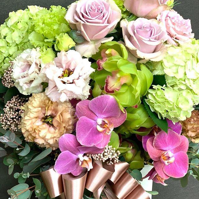 出産お祝いのアレンジメントです。香り少なめ、持ちの良いお花で。#hikarika#フラワーアレンジメント