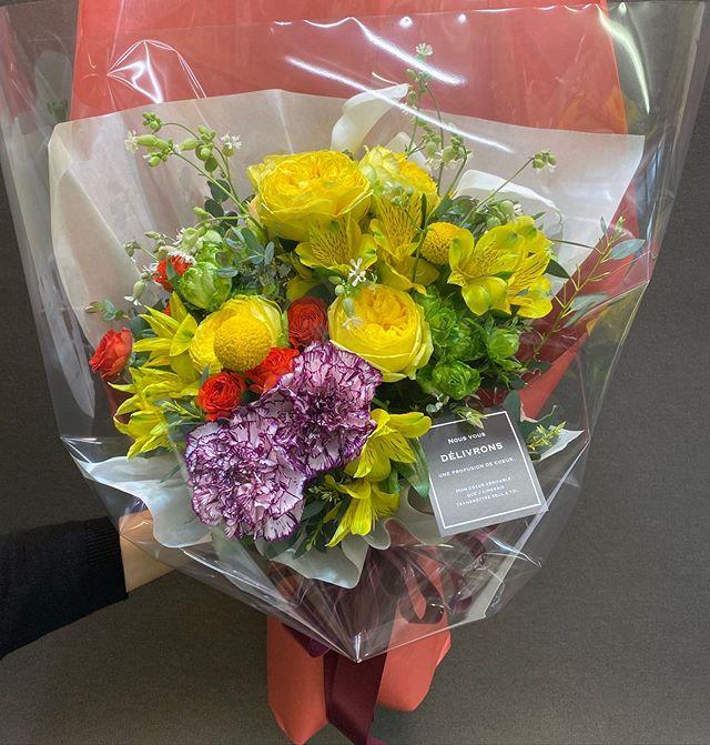 退職祝いの花束です。黄色の丸っこいバラは、岐阜のユーティローズさんのカタリナ^ ^ホント綺麗です!コロナの影響で仕事が激減し、たるんでミスを連発。。反省しきりです。