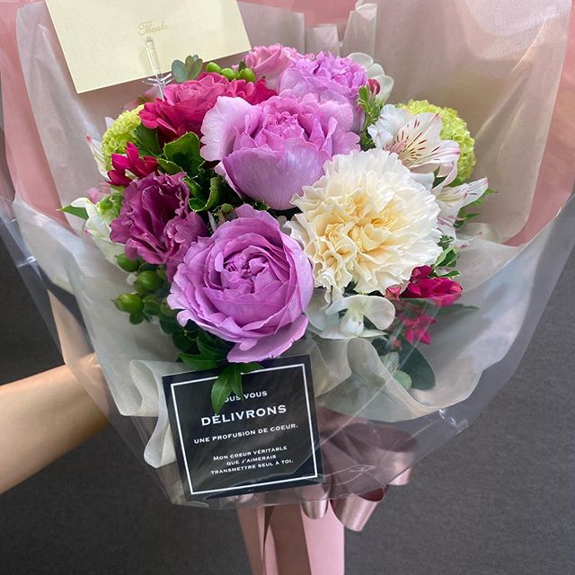 もうすぐ母の日^ ^カーネーション ポピンズバラ プライムチャームバラ ジャンヌロリオ他いろいろ^ ^ヒカリカ3000円の花束はこんな感じです。税、送料別予約ご来店の方は、10%位ボリュームアップしてます!