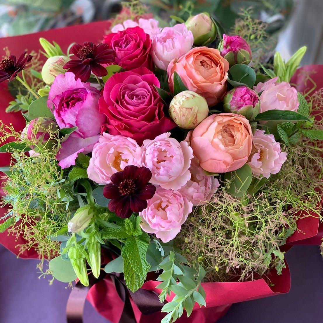 お誕生日祝いのアレンジメントスモークツリーとユーティローズさんのバラ色々^ ^#studiohikarika #ユーティローズ#スモークツリー