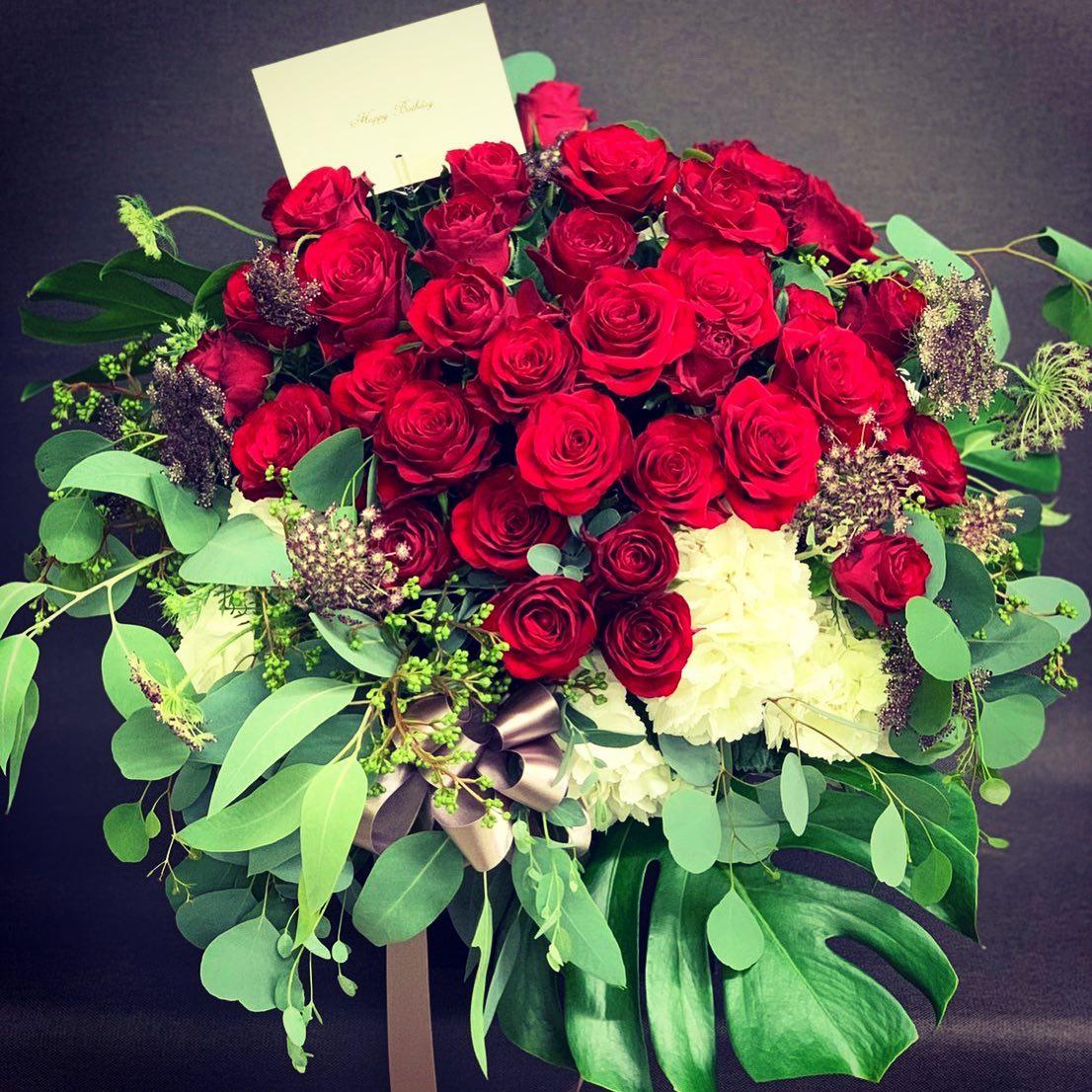 お祝いに赤バラメインのゴージャスアレンジメント!脇役草花はスタッフさんのお庭で大切に育てた草花です^ ^