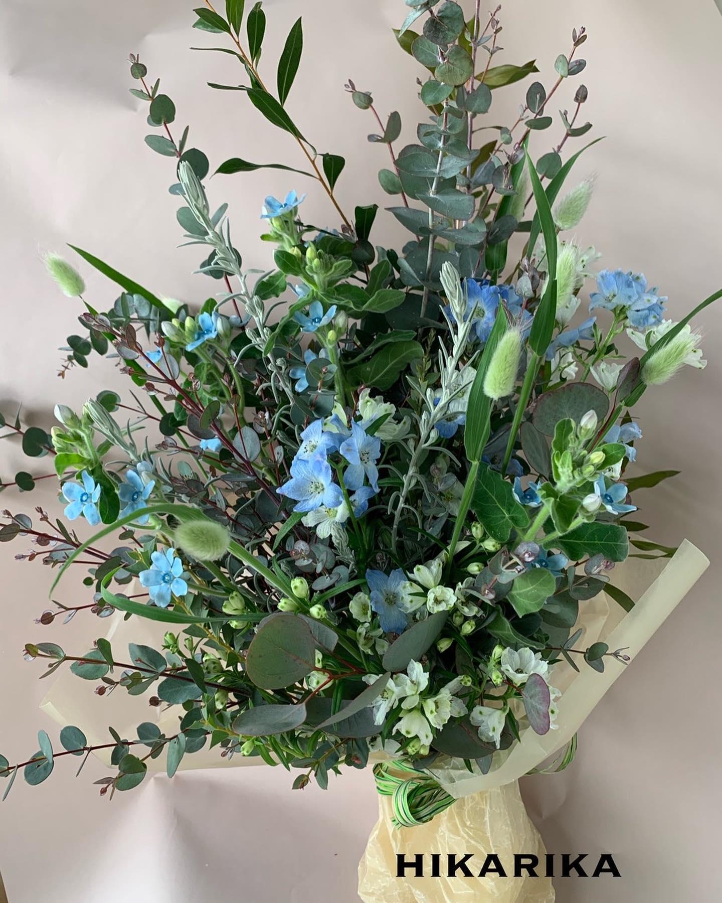 見たい映画があるのですが、なかなかタイミングが合わず行けません『花束みたいな恋をした』のポスターで有村架純さんが持ってる花束が素敵で作ってみました草花メインのパステルブルー系花束です。題名になるほどストーリーのイメージの花束なのかなぁ〜とか考えつつ、、早く観たい️#花束みたいな恋をした #ラグラス#デルフィニウム#ブルースター#ユーカリグニー#草花系花束#ヒカリカ