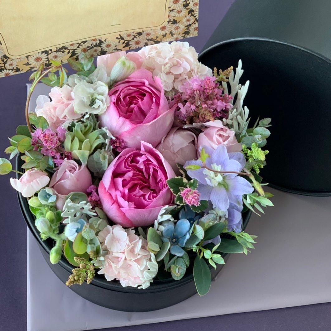 お祝いのボックスフラワーです^ ^フタを開けるとこんな感じのアレンジメントが出てきます。花を短く挿すので、花持ちも良く人気です!