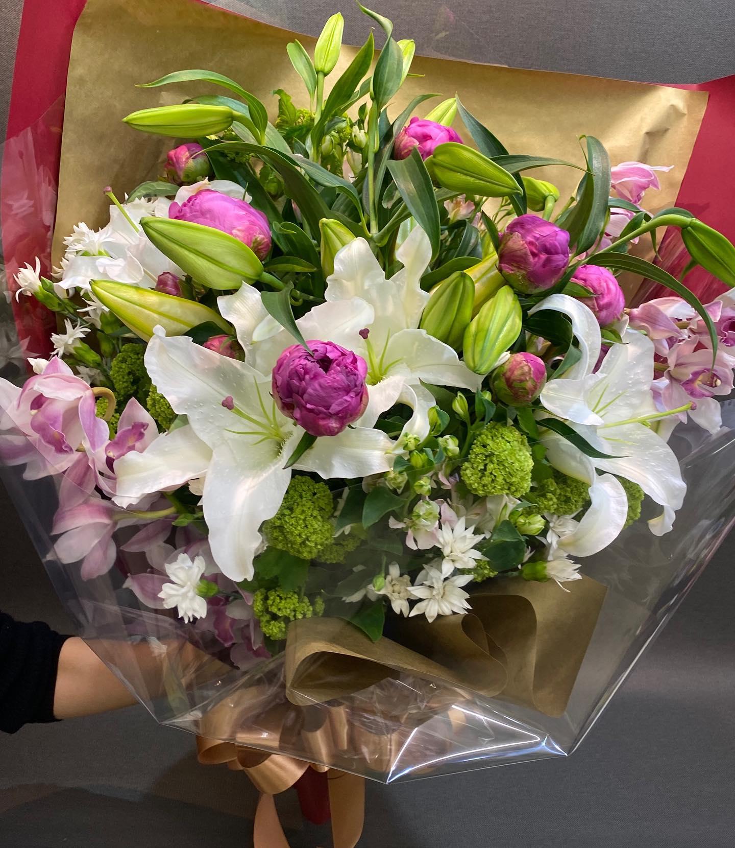 カサブランカとシャクヤクの花束です。シャクヤクのシーズン到来です^ ^母の日で予想以上のご注文を頂きありがとうございました♂️ #カサブランカ#シャクヤク#芍薬バンカーヒル#スノーボール